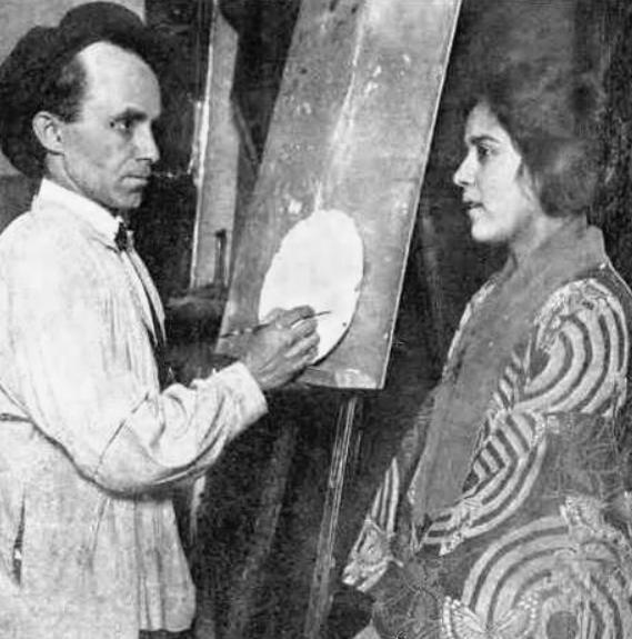Nhà điêu khắc Anthony de Francisci và vợ kiêm người mẫu của ông, Teresa de Francisci, người đã đóng vai Nữ thần Tự do trên Đồng đô la bạc Hòa bình